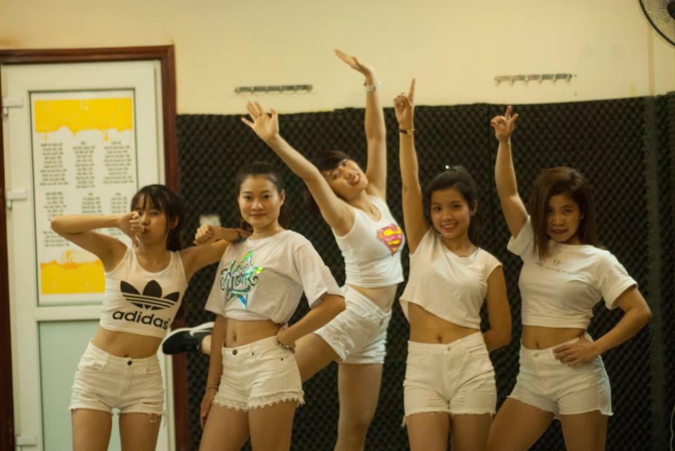 Học viên lớp Dance Fitness quẩy trong lớp học
